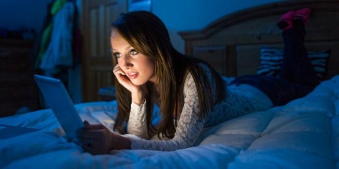 664xauto-jangan-mainan-ponsel-saat-mau-tidur-mengapa-1410031