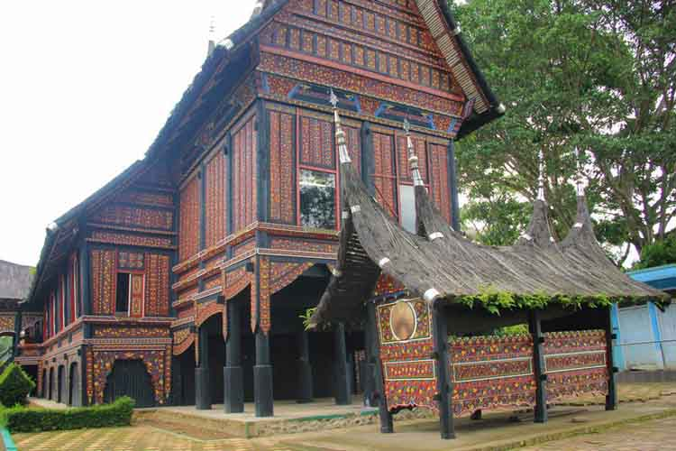Rumah Adat Baanjuang