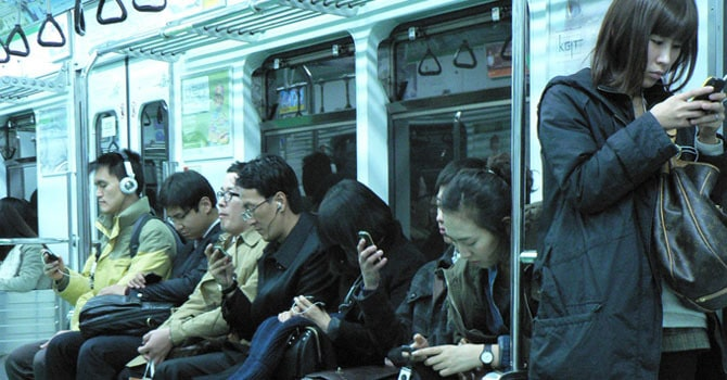 orang tidak bisa lepas dari smartphone
