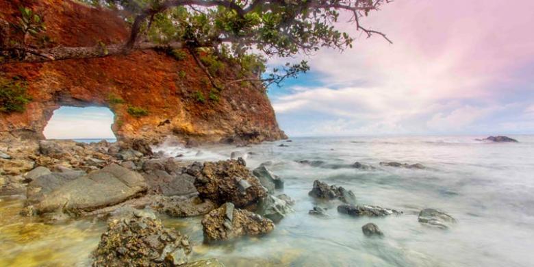 pantai terindah di maluku - pantai pintu kota