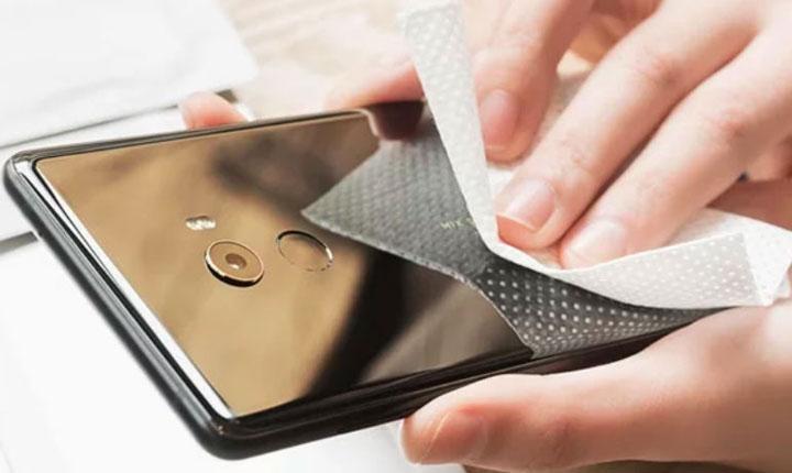 membersihkan layar ponsel
